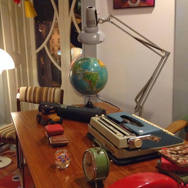 secretária, máquina de escrever, globo terrestre, vintage, a Porta Verde