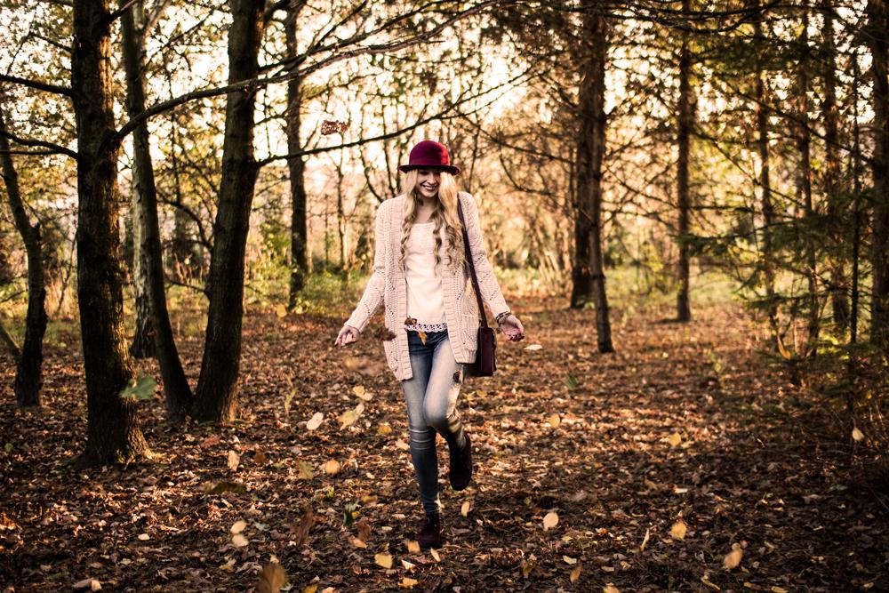 Stylizacja, outfit, ootd w tylu boho etno. Burgundowy kapelusz H&M, beżowy kardigan C&A, koronkowa bluzka, spodnie z nadrukiem, wzorem, creepersy bordowe, torebka na blogu modowym. Jesienne zdjęcia, spadające liście.