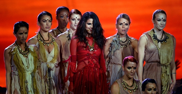 """Selena Gomez apresenta """"Come And Get It"""" no palco do MTV Movie Awards"""