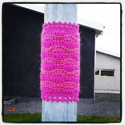Heklað graff á ljósastaur