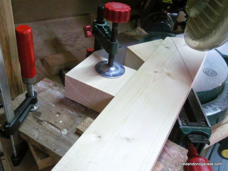 Mesa auxiliar para cortes a 30 grados con la ingletadora. Mala idea. Enredandonogaraxe.com