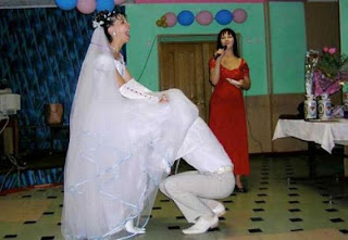 funny wedding photos: Bridegroom under wedding dress