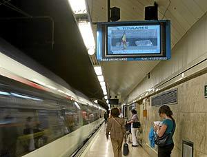 Pantallas en los andenes de Metro
