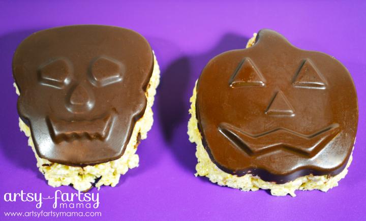 Spooky Halloween Crispy Treats at artsyfartsymama.com #Halloween #halloweentreats