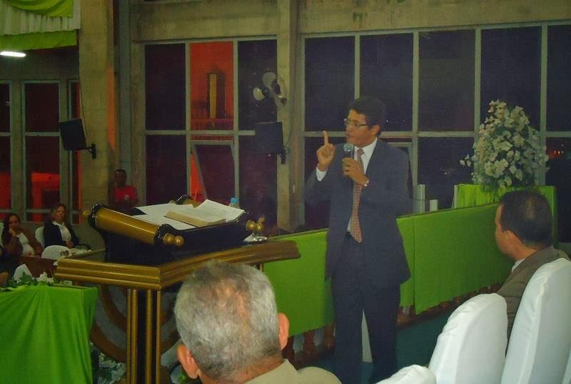 pregando em congresso da família