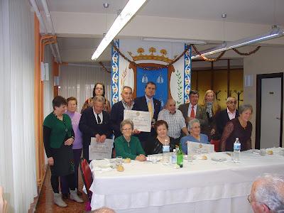 los homenajeados junto al director del centro y las autoridades municipales