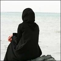 59- Ey Peygamber! Hanımlarına, kızlarına ve müminlerin kadınlarına (bir ihtiyaç için dışarı çıktıkları zaman) dış örtülerini üstlerine almalarını söyle. Onların tanınması ve incitilmemesi için en elverişli olan budur. Allah bağışlayandır, esirgeyendir.