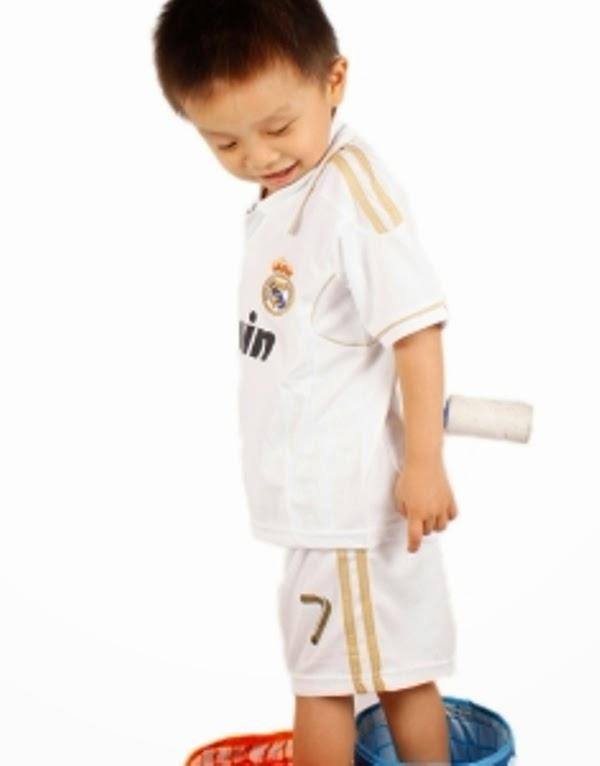 Foto bayi laki-laki lucu pakai kostum sepak bola real madrid