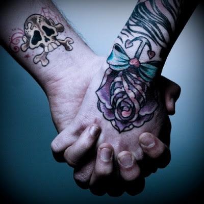 manos pareja tatuadas 400x400 Fotos de tatuajes de amor