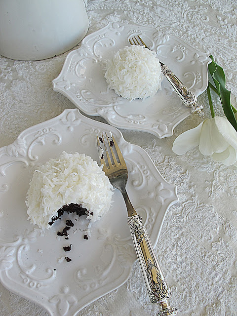 Sophisticated Snowball Cupcakes - Purple Chocolat Home