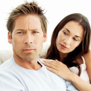 sad-couple-on-couch_اخطاء بتعمليها هتضيع منك خطيبك  - امرأة تواسى تصالح رجل