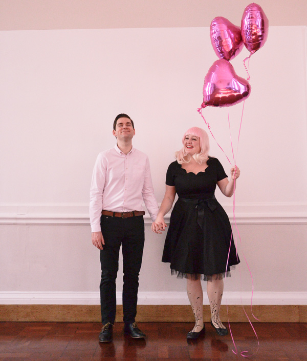 Couple photo shoot with balloons, pink and black: Ellomennopee
