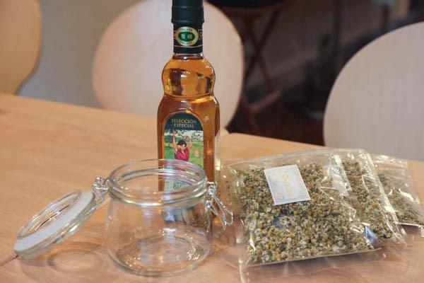 カモミールティと容器の画像