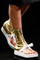 Златни боти без пръсти с равна платформа на Prada пролет-лято 2013