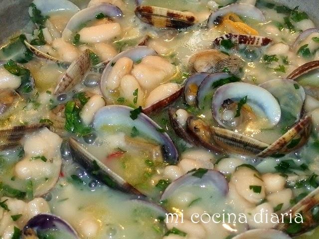 Alubias con almejas (Фасоль с ракушками)
