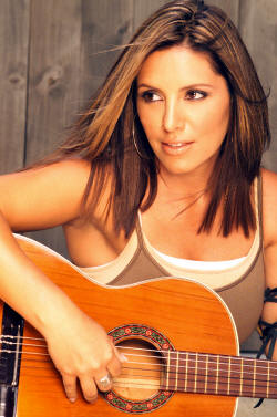 Soraya mas joven posando con su guitarra