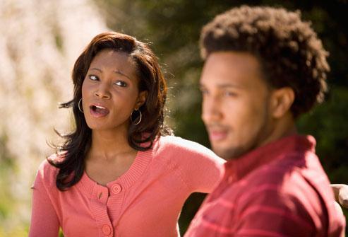 man ignoring woman - اسباب تجعل الرجل يرفض الارتباط بالمرأة - رجل يتجاهل امرأة