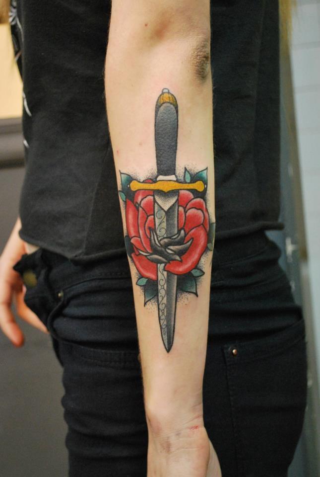 Tatuajes de dagas para chicas y su simbolismo belagoria for Knife tattoo meaning