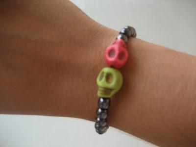 Pulsera de calaveras y perlas. skulls bracelet. Bracelets têtes de mort