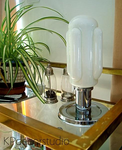 Lámparas de mesa años 70 para dormitorio con base cromada y tulipa blanca opalina