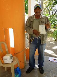 Ex empleado de INESPRE se encadena en huelga de hambre exigiendo prestaciones