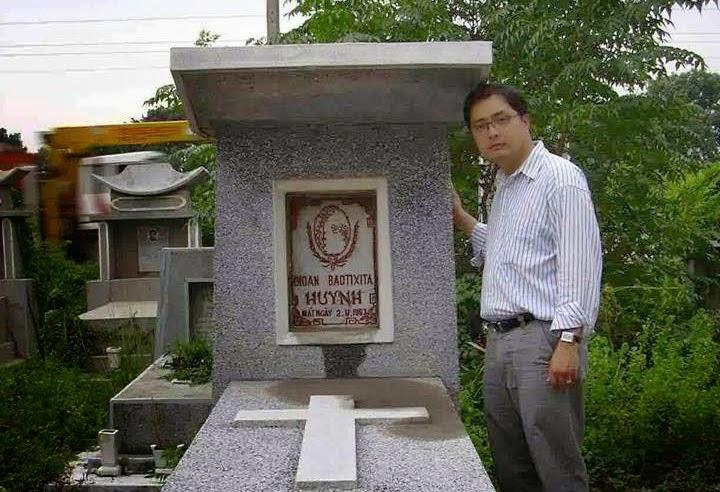 Lê Công Định chụp bên mộ Ngô Đình Diệm