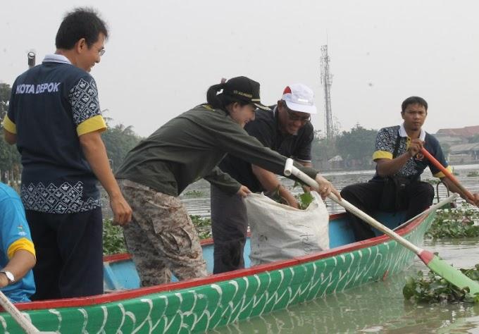 Persiapan Festival Perahu Naga, Setu Lio Dibersihkan