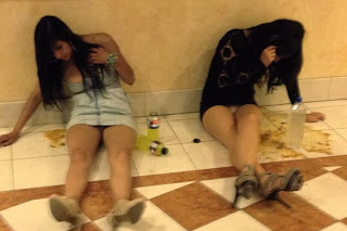 funny picture: 2 drunk girls