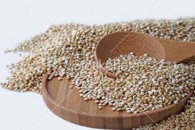 Grans de quinoa am una cullera de fusta