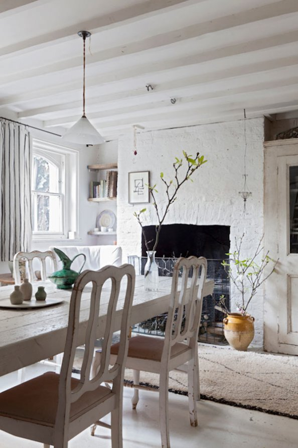 Hommie feminine shabby chic home in london for Table salle a manger shabby chic