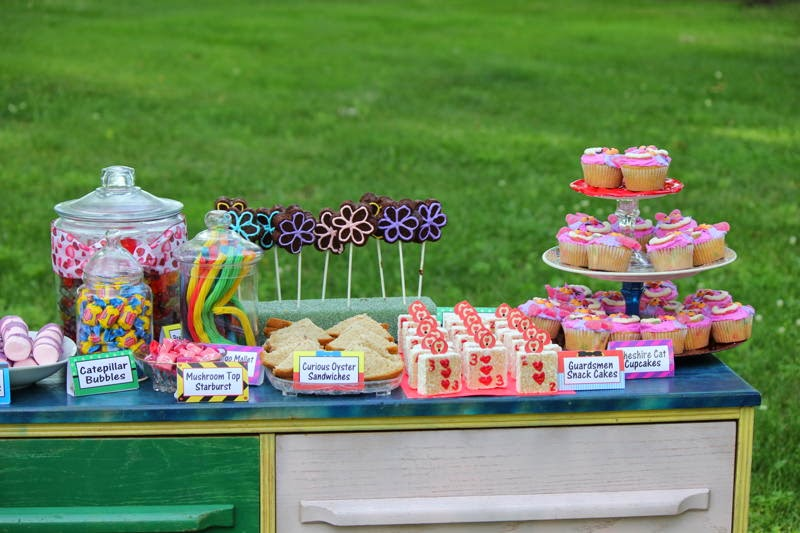 Celebrate your birthday in a Wonderland of fun treats, great decorations, and happy party games.  This Alice in Wonderland birthday party has all the tutorials you need to creat your own magical day in Wonderland.