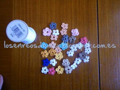 Pequeñas flores realizadas a ganchillo