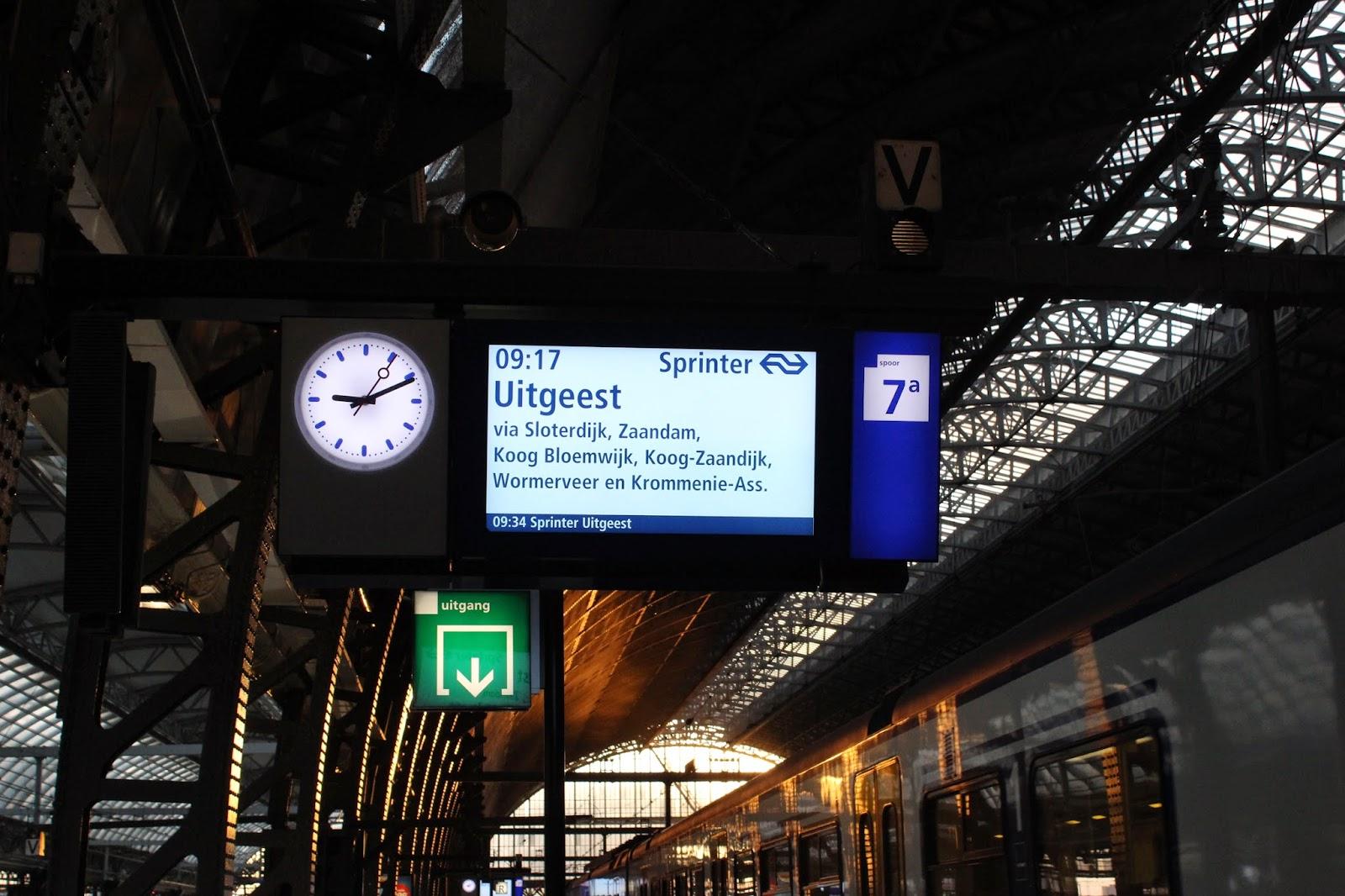 Suasana di Stasiun Amsterdam Centraal, Belanda