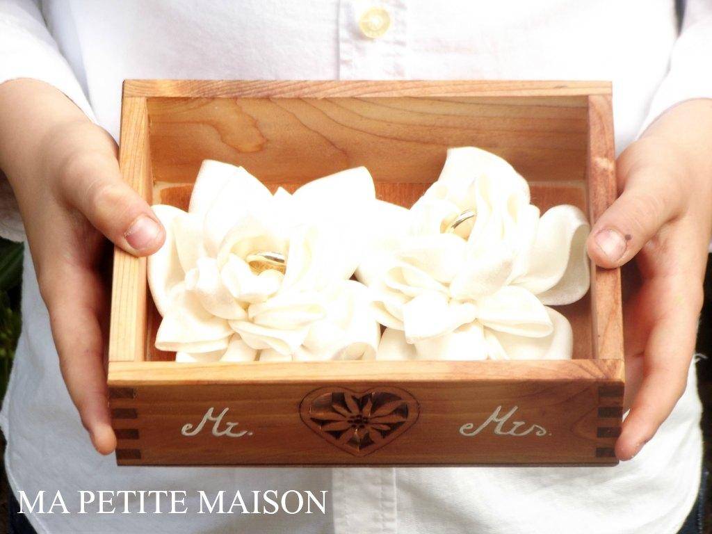 Scatola in legno porta fedi con fior di loto in raso by Ma Petite Maison