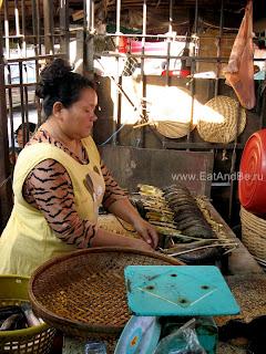 Рыба на гриле в бамбуковых прутьях в в Phsar Thmei - центральный рынок в Пномпене, Камбоджа Есть и быть www.EatAndBe.ru
