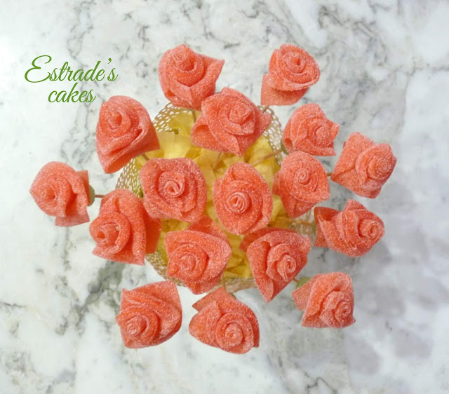 rosas de chuches para mesa dulce 3