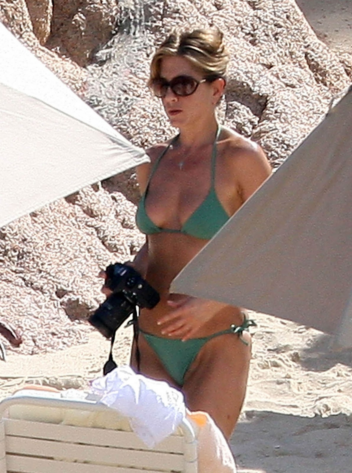 http://1.bp.blogspot.com/-DZuewdvl1Oc/ToZj1aTvBkI/AAAAAAAAXzo/fcfow6klDPA/s1600/Jennifer+Aniston+looks+hot+in+sweet+green+bikini+01.jpg