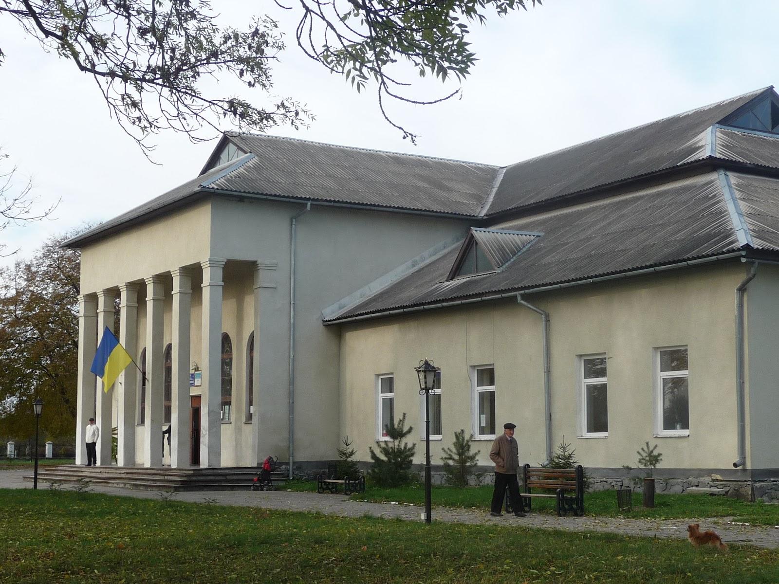 Угерсько. Будинок культури, сільрада, школа