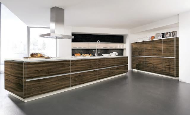 Cuisine design en bois avec îlot et façades brillantes. Cuisine ALNO