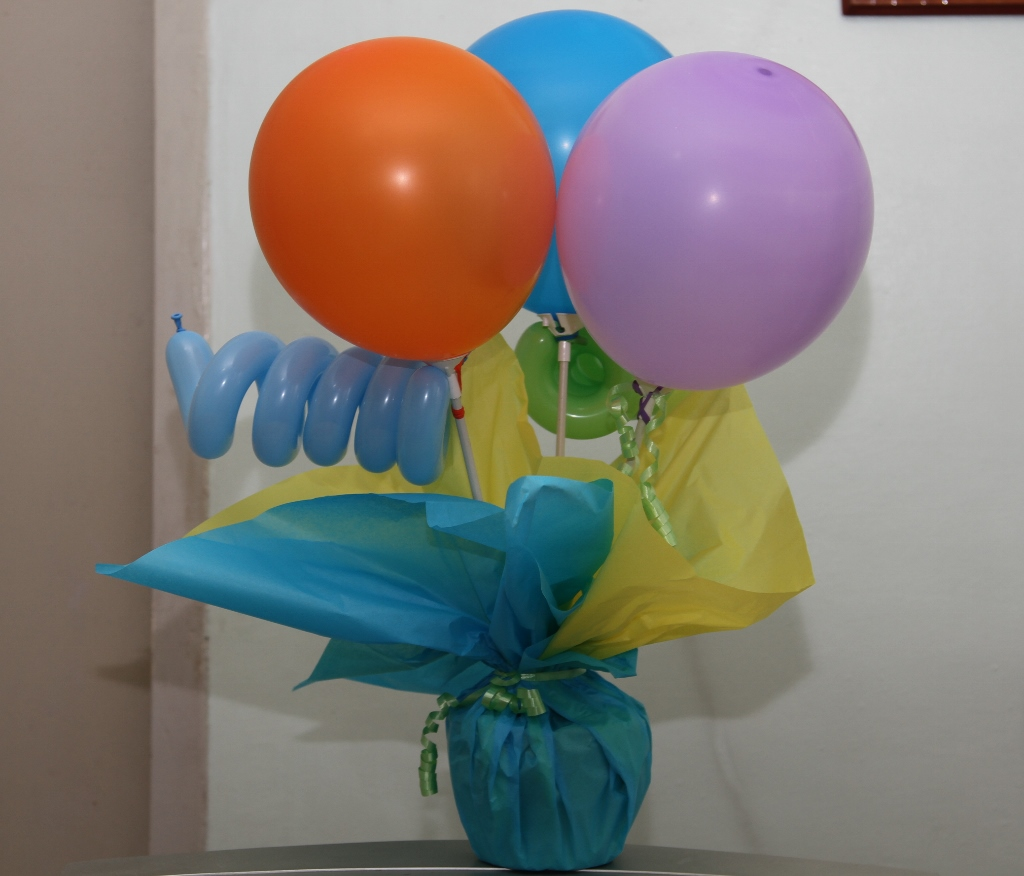 Party diy christening favors balloons and cake for Balloons arrangement decoration