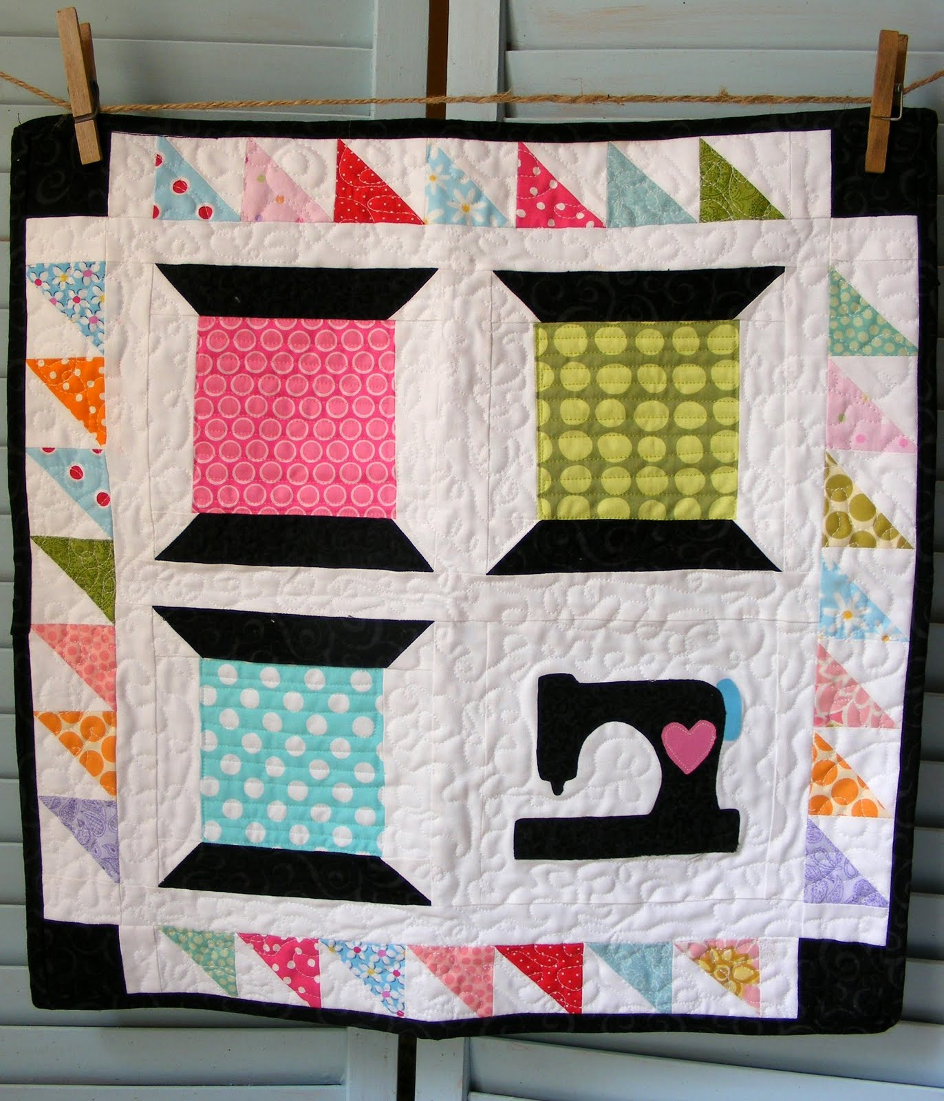 Quilt Pattern Spool of Thread http://www.quiltedcupcake.net/2011/08/sewing-spools-studio-mini-quilt.html