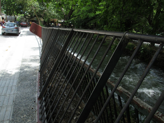 Στραβά κάγκελα αναπλάσεων ποταμοβραχιόνων