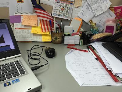 Meja berselerak lebih kreatif, meja kerja, kerja tak habis