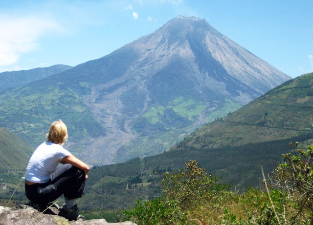"""Tourist_watching_the_activity_Tungurahua"""