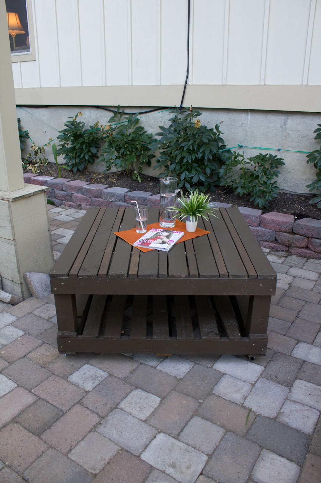 Hey sis weekend warrior diy pallet table for Pallet patio table