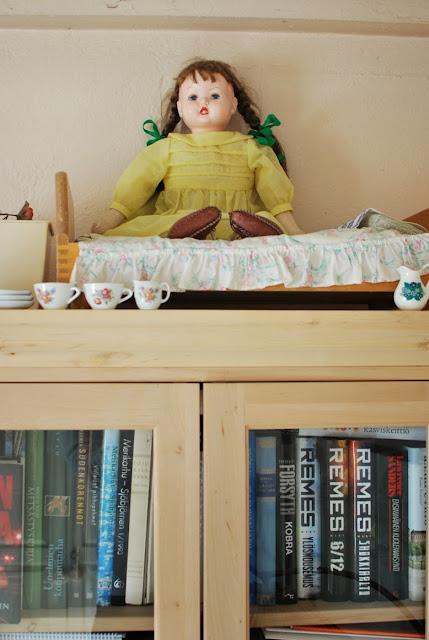 Muonamihen mökki - 50-luvun nukke kaapin päällä