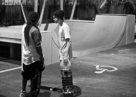 Lil Wayne e Justin Bieber andando de skate