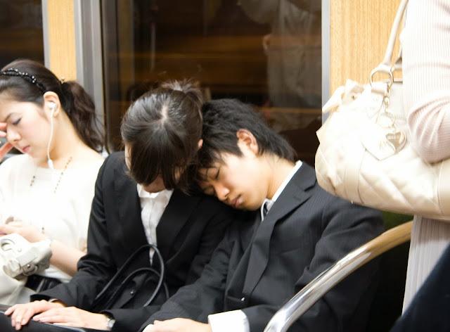 Japoneses durmiendo en el tren