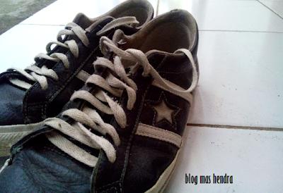 Sepasang Sepatu Converse Warna Hitam - Blog Mas Hendra