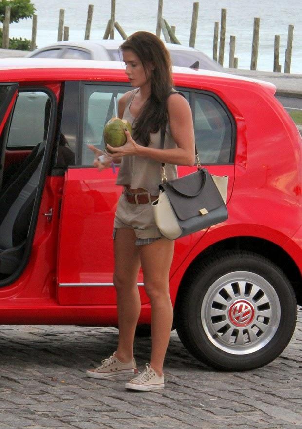Mais magra, a atriz Deborah Secco esteve na praia da Barra da Tijuca, Zona Oeste do Rio, na tarde desta quinta-feira, 20